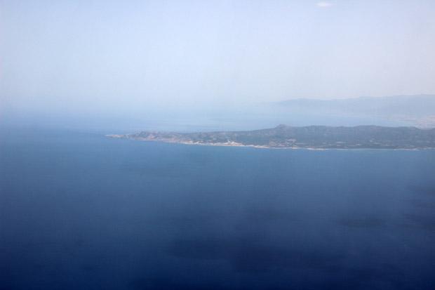 Der erste Blick auf Zypern, das sich noch etwas im Dunst versteckte