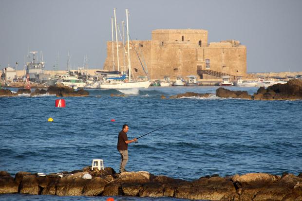 Die Überreste des Antiken Hafens dienen den Anglern als beliebter Platz zum Fischfang