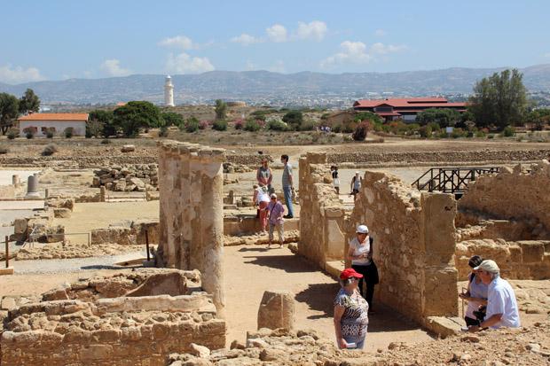 Vom ehemaligen Palast des Statthalters reicht der Blick bis zum modernen Leuchtturm