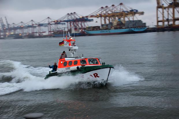 Das Tochterboot vor dem Container-Terminal in Bremerhaven