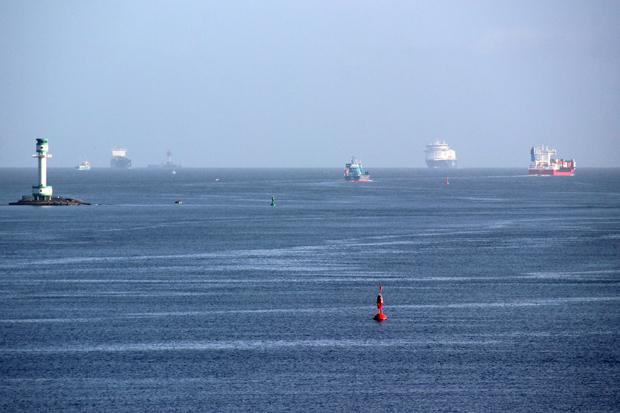 Blick zurück über die Förde mit der Color Line aus Oslo am Horizont