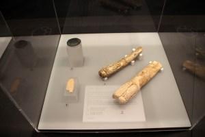 Knochen mit geschnitzten Verzierungen