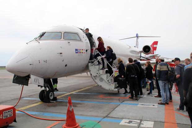 Boarding Flugzeug CRJ 900 von SAS mit vielen Passagieren in Kopenhagen