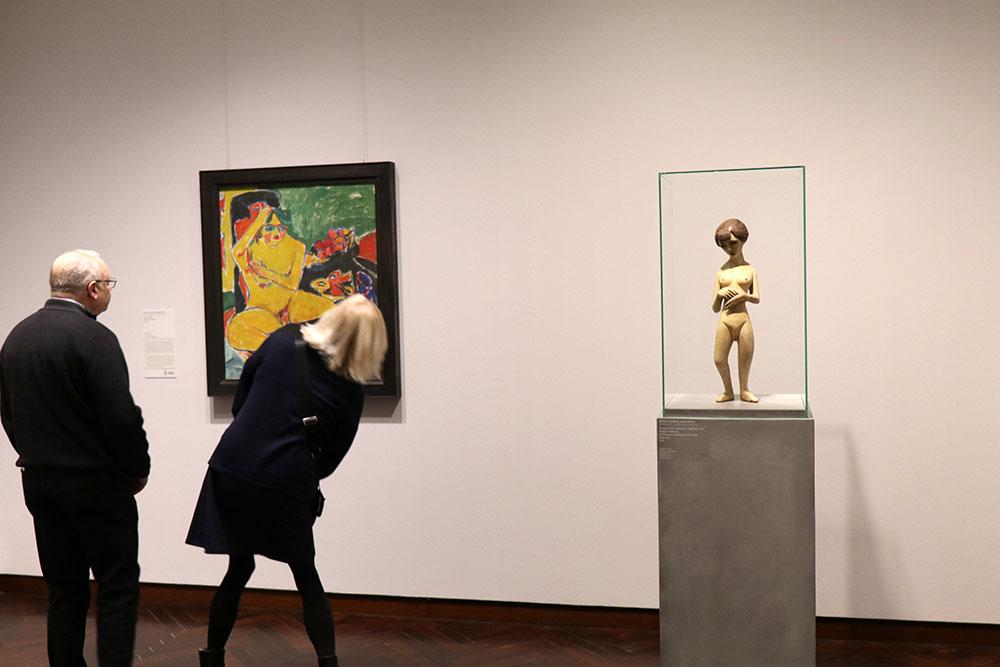 """Auch Skulpturen, wie hier von Ernst Ludwig Kirchner, sind im Städel Museum zu finden. Links der """"Akt im Atelier"""", ebenfalls von Kirchner."""
