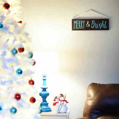 "Fast and Easy ""Merry & Bright"" Christmas Wood Sign DIY"