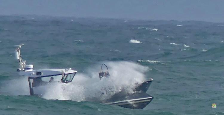Fischerboot fährt zum Fang aus