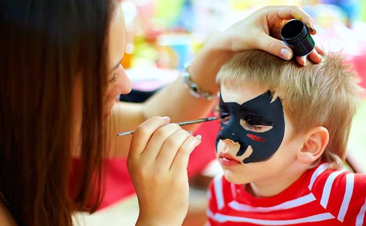 C0539852-31F3-47BB-B505-20222C1288501015-AR-VA-kid-makeup-mom
