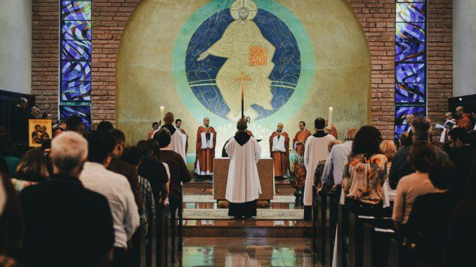 Mateus Campos Felipe, Processione in Chiesa (Unsplash)