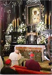 Św. Jan Paweł II przed Cudownym Obrazem w 1999 r.