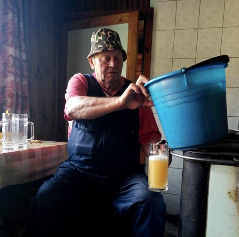 Estonian farmhouse brewer pouring his koduõlu.