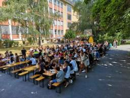 Schulhof beim Schulfest