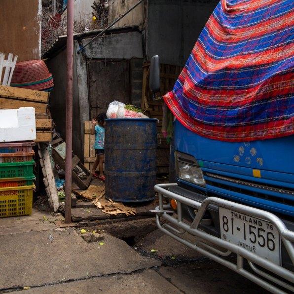 Girl behind a market - Bangkok, Thailand (IMG_6252)