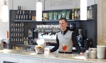 Al bancone, con un sorriso del camerieri per un ottimo caffè