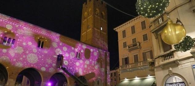 Monza Arengario con luci e palle natalizie
