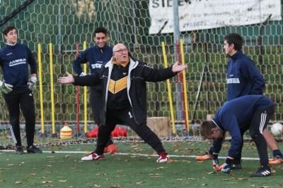 Gaetano Galbiati mentre allena i ragazzi della Juvenilia al vecchio stadio Sada di Monza