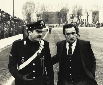 """Il carabiniere Galbiati con il mister Guido Mazzetti. """"Mi attendeva sempre vicino la panchina a fine partita - dice Gaetano -, mi prendeva sotto braccio e mentre camminavamo verso gli spogliatoi ci scambiavamo le impressioni sulla gara. Un grande uomo""""."""