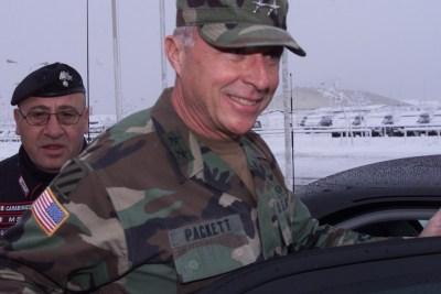 Galbiati controlla le spalle del generale americano Packett capo delle forze Nato in Kosovo