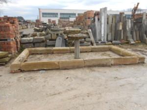 Fontana rettangolare in pietra arenaria di recupero