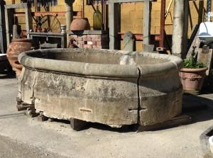 antica fontana in pietra ovale