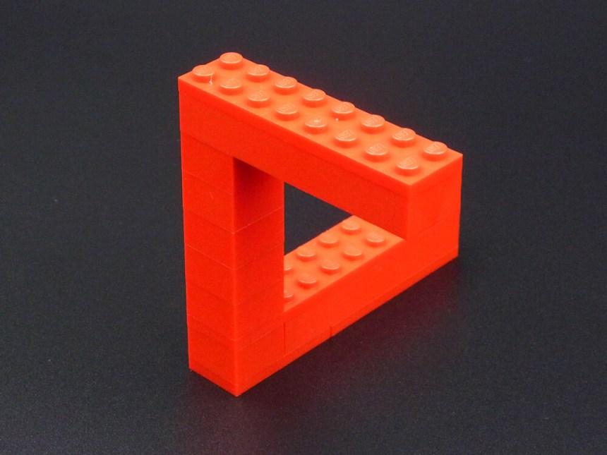 ペンローズの三角形のレゴ作品。3本のブロックが直角につながり、三角形を作っているように見えます。