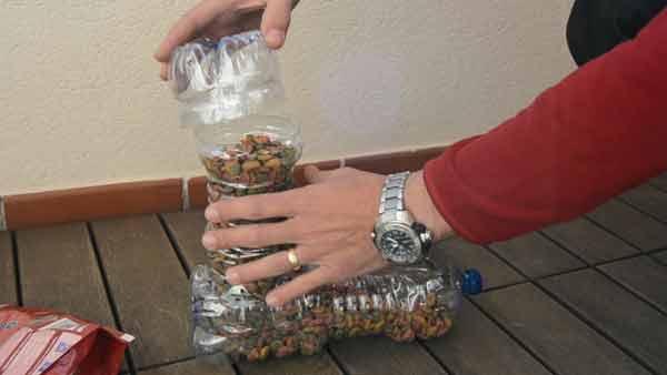 Comedero para gatos con botellas recicladas
