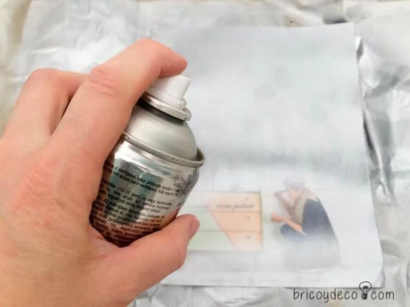 pintar una hoja de papel con spray