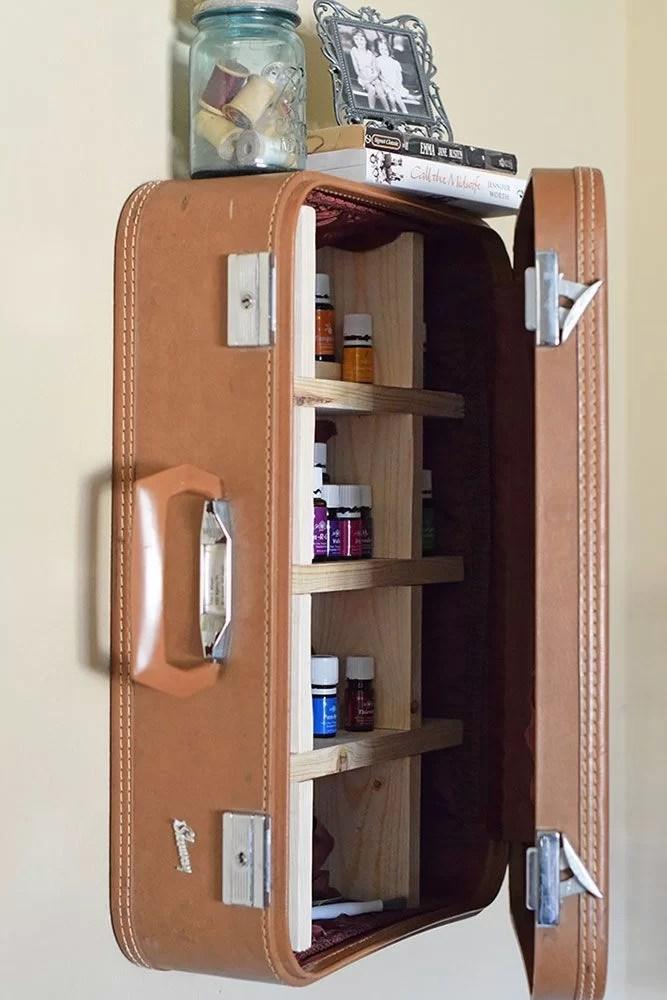 decorar con maletas y reciclar como un armario de pared
