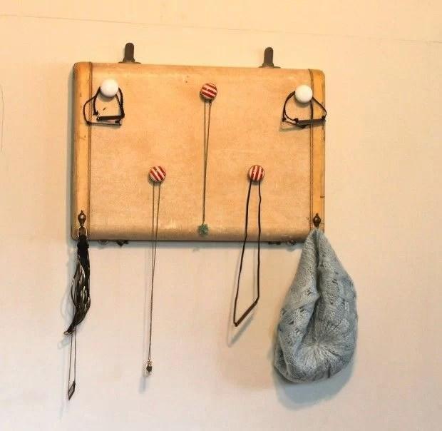 decorar con maletas y reciclar en un colgador para joyas