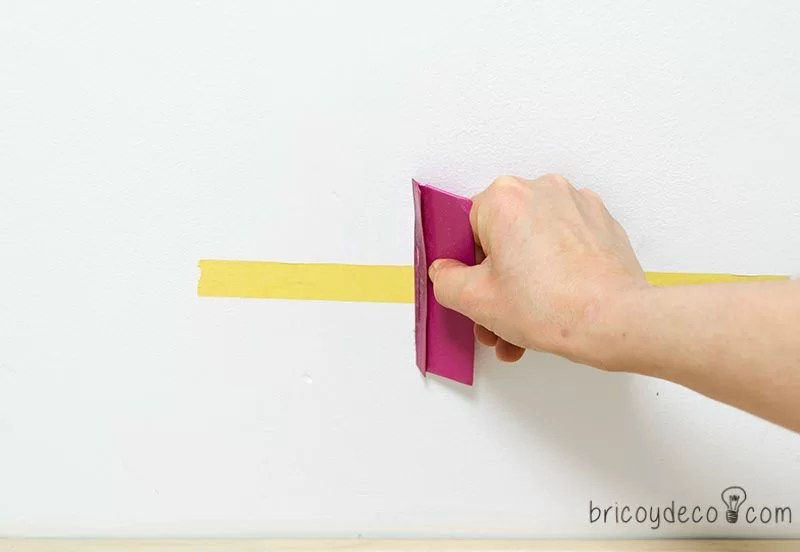 colocar la cinta de enmascarar para pintarcon una espátula