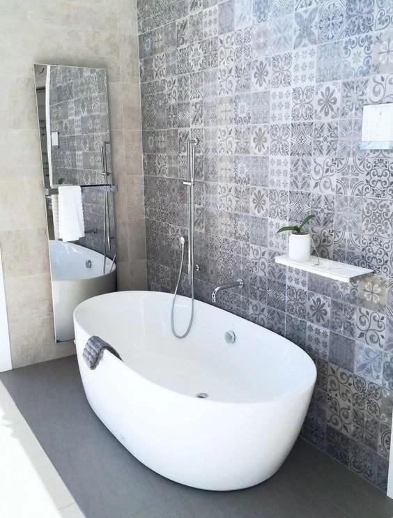 decorar con baldosas hidráulicas en el baño