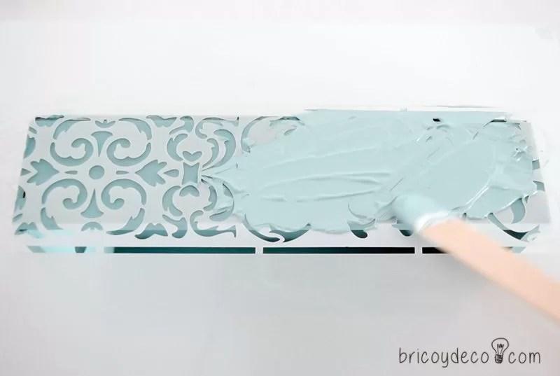cómo extender la pasta sobre el stencil