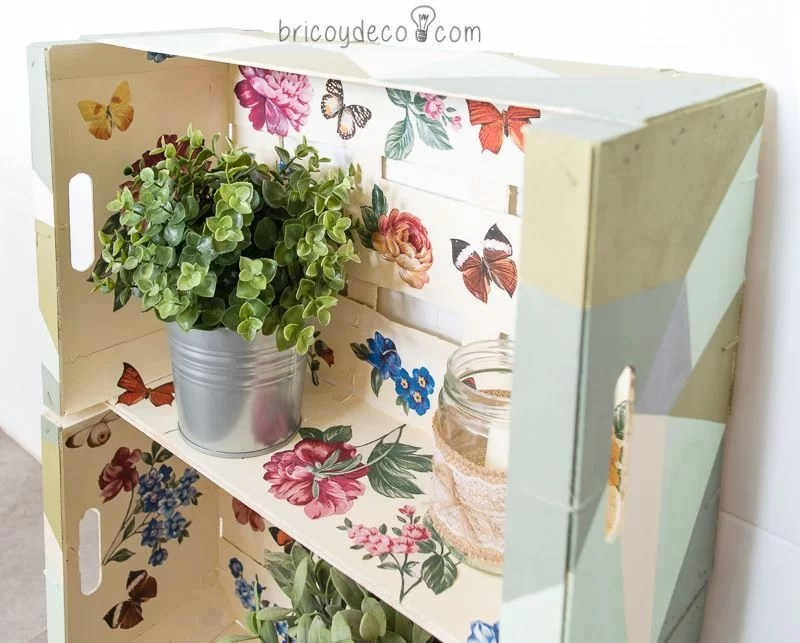 estantería con cajas de fruta