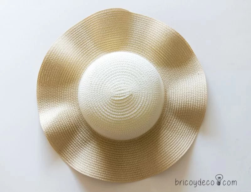 sombrero de playa antes de pintar con pintura en spray