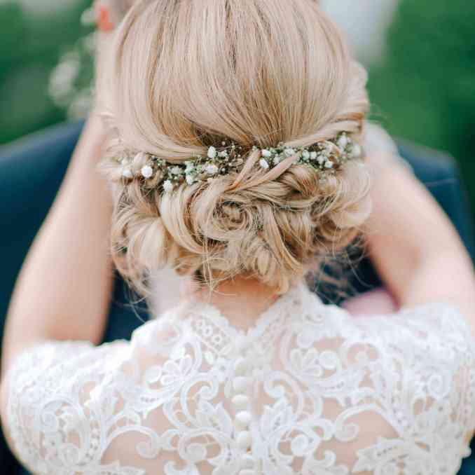 15 ethereal wedding hairstyles featuring baby's breath