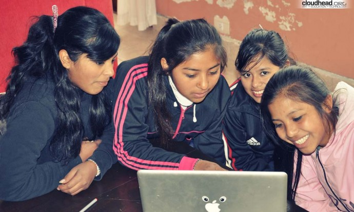 Barrio Solidaridad girls working on a computer