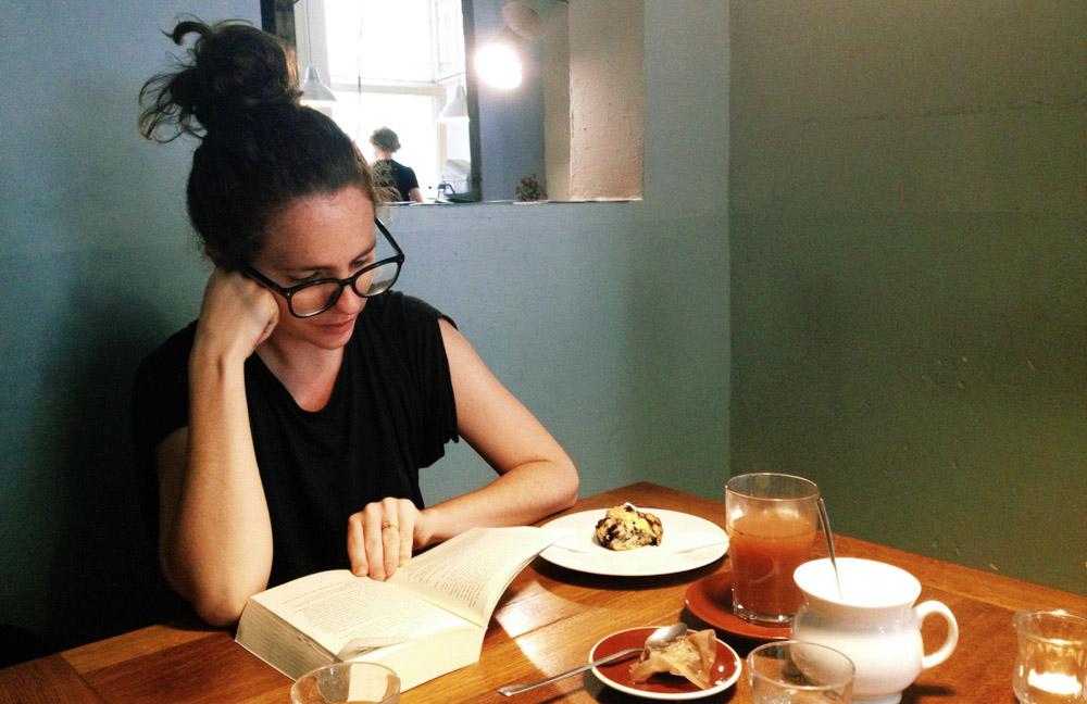 Victoria reading in Katies Blue Cat, Berlin