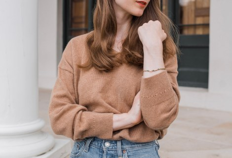 Girl wearing a brown oversized sweater and Levi