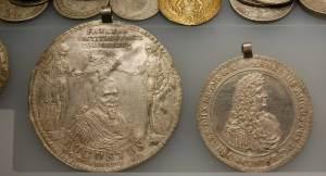 Bisweilen wurden braunschweigische Lösertaler zu Schmuckzwecken verwendet, wie diese aus einem Münzfund stammenden Stücke im Archäologischen Landesmuseum zeigen, das im Paulikloster in Brandenburg an der Havel untergebracht ist.