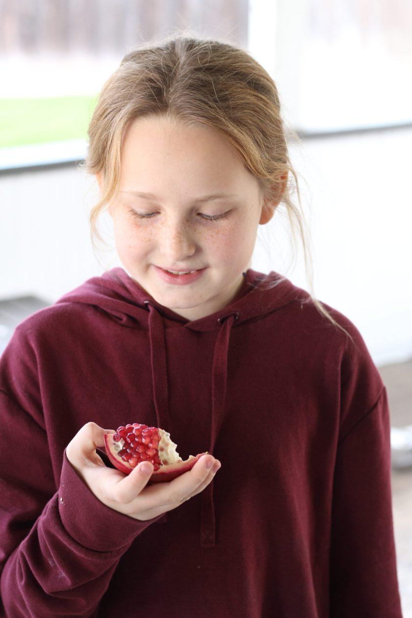 How do you open a Pomegranate