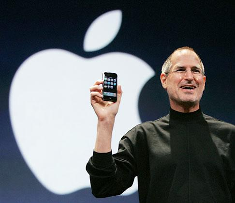 Steve-Jobs-with-iphone