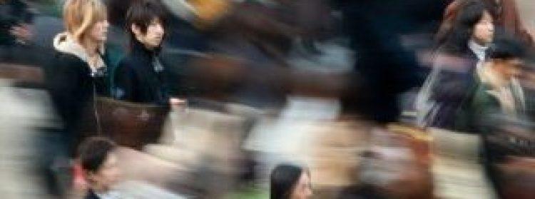 """ARCHIV - Menschenmassen sind auf einer Straße in Tokio unterwegs, Archivbild vom 30.03.2010. Das Risiko, an Depressionen oder Angststörungen zu erkranken ist Studien zufolge bei Städtern deutlich höher als bei Menschen, die auf dem Land leben. Bei Kindern, die in Großstädten aufwachsen, ist zudem das Schizophrenie-Risiko zwei- bis dreimal so groß. Wissenschaftler haben jetzt herausgefunden, dass zwei für die Regulierung von Stress und Emotionen zuständige Hirnregionen durch das Stadtleben beeinflusst werden, wie Professor Andreas Meyer-Lindenberg vom Zentralinstitut für seelische Gesundheit (ZI) in Mannheim der Nachrichtenagentur dpa sagte. EPA/KIMIMASA MAYAMA (ACHTUNG:Sperrfrist 22. Juni 1900 Uhr, zu dpa-Text """"Städter haben höheres Depressionsrisiko"""" vom 22.06.2011) +++(c) dpa - Bildfunk+++"""