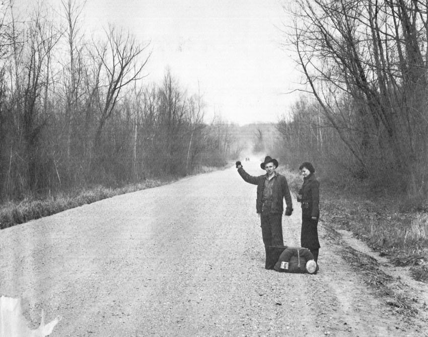 """Hitchhiking near Vicksburg, Mississippi in 1936"", fotografia de Walker Evans"