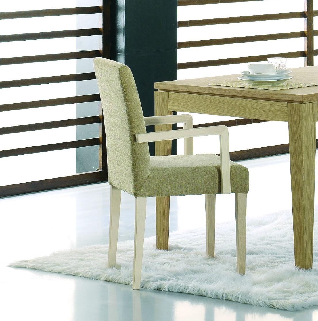 chaise en bois avec accoudoirs