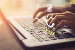 maos-digitando-no-teclado-ilustrando-a-codificao-de-um-site-moderno