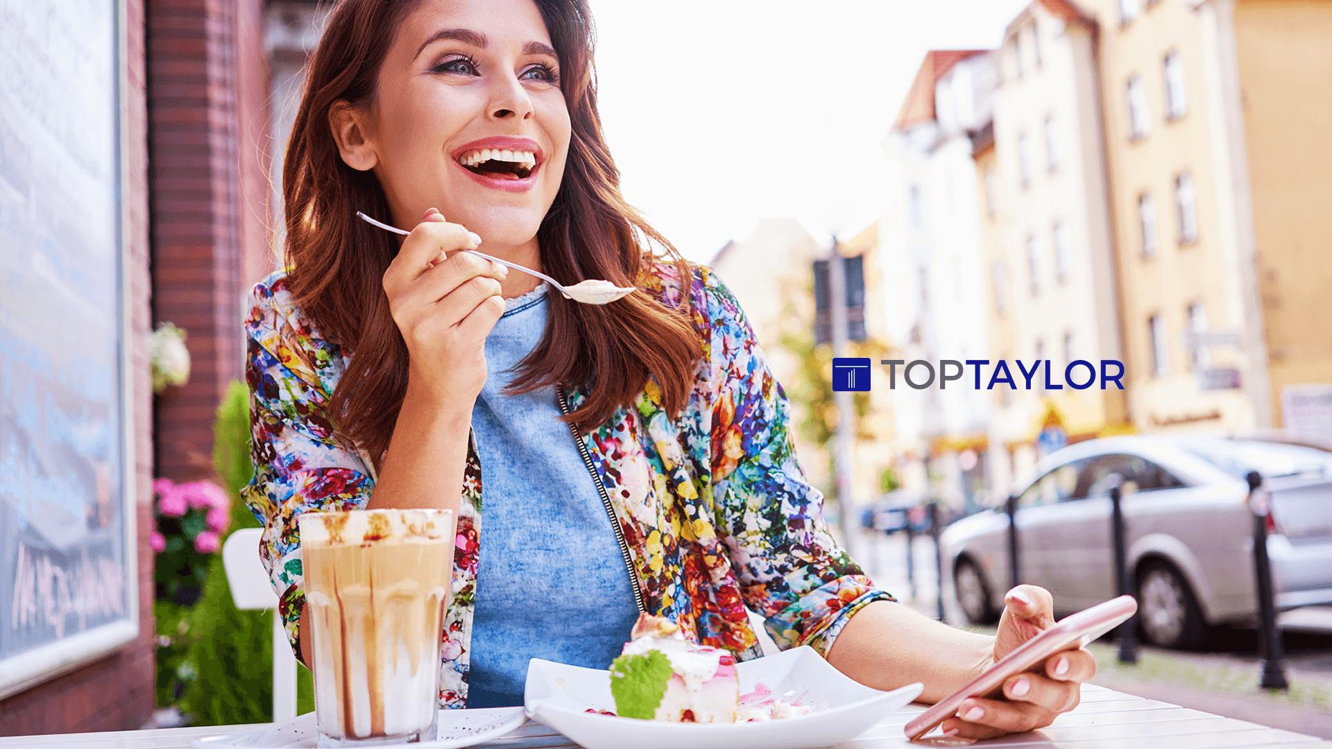 Mulher feliz tomando sorvete.