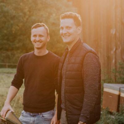 Zwei junger Imker vor einer Scheune Gregas Imkerei Maker