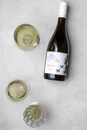 Scheurebe - ein Flasche feinherber Weißwein und Gläser von Kölner Winzer