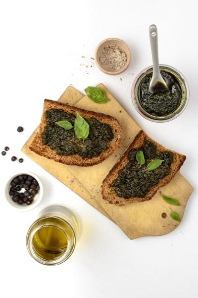 Brot mit Pesto mit Basilikum, Myrtenbeere und feinstem Olivenöl