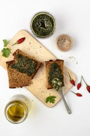 Brot mit Pesto aus Bärlauch und Chili