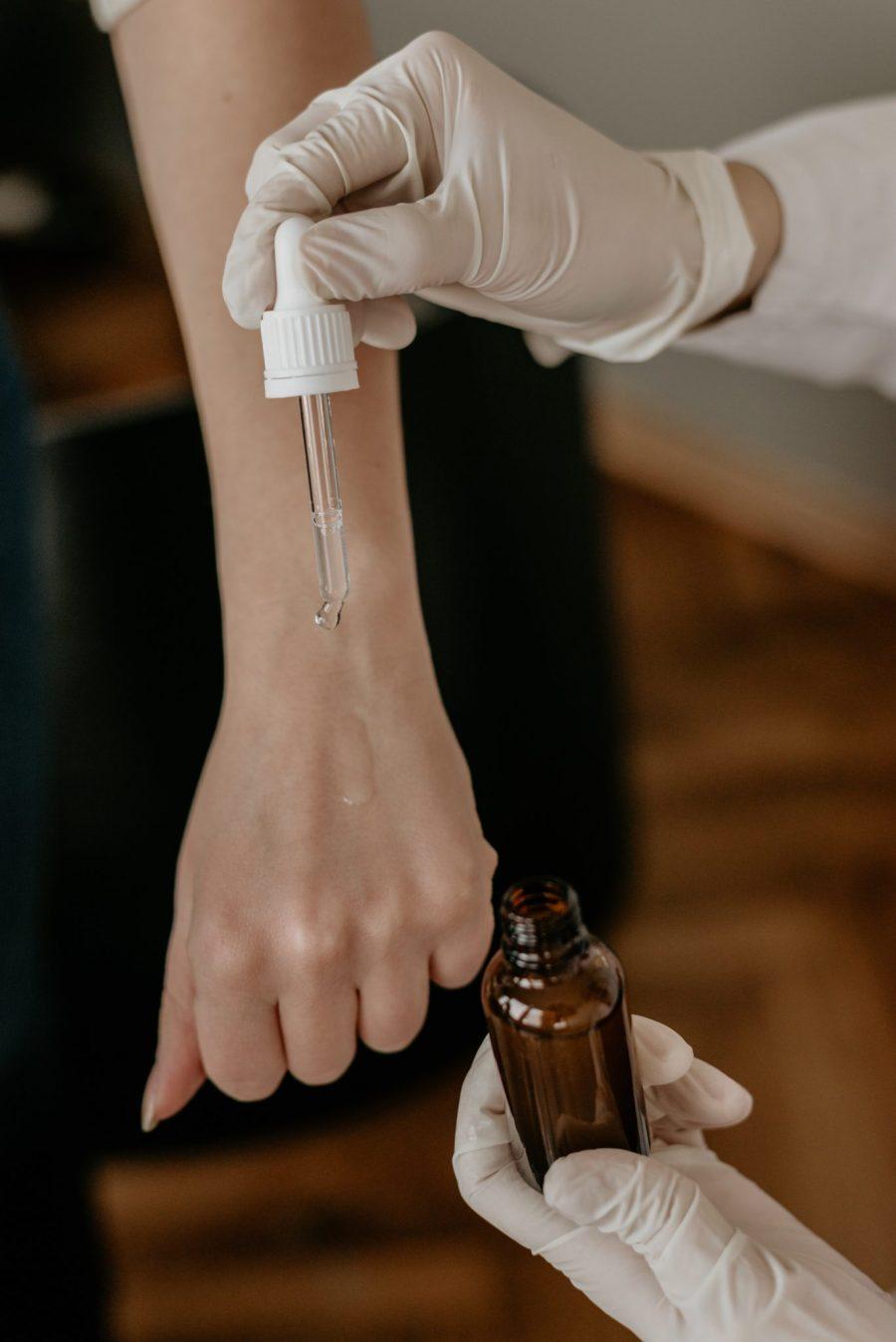 Hautpflege Allergietest auf Arm Foto von Amplitude Magazin auf Unsplash